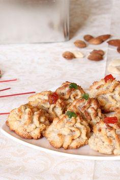 I biscotti alle mandorle siciliane (o paste di mandorle) sono dei dolcetti della tradizione siciliana preparati utilizzando interamente farina di mandorle, zucchero e uova; decorati poi con una piccola mandorla, ciliegie candite o cubetti di frutta mista candita. Quando i biscotti sono freddi, conservateli in una scatola di metallo così si manterranno morbidi per molti giorni.
