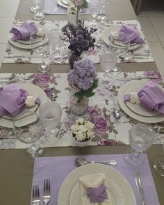 NOTE how 2 runners cross table horizontally. 2 coordinating place mats fill the ends of the table. Ribbons for napkin rings vary with runner/mat below the plate.― 「Nada como uma mesa elegante para receber convidados, não é mesmo? Purple Table Settings, Beautiful Table Settings, Dining Room Sets, Christmas Table Decorations, Decoration Table, Elegant Table, Easter Table, Table Arrangements, Place Settings