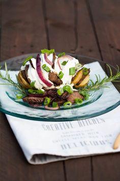 Hasselback-Kartoffel mit Rindersteak und Kräuterquark