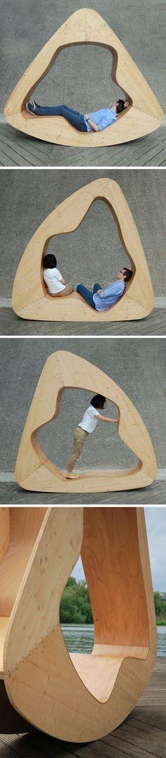 Mobilier qui permet de s'assoit et de s allongée, la structure en bois enveloppe, entour l'utilisateur.