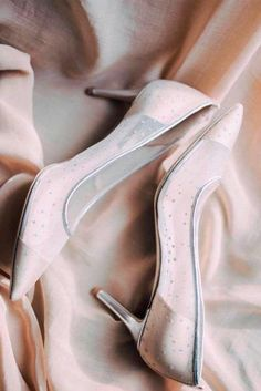 Elegant White Shoes ★ Here are some tips on how to choose the right prom shoes. It is time to start picking a prom gown, hairstyle, makeup, shoes and accessories. Maroon Shoes, Silver Shoes, White Shoes, Prom Shoes, Wedding Shoes, Best Summer Shoes, Dressy Shoes, Simple Shoes, Lilac Dress