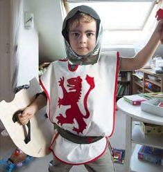 Tuto pour réaliser un déguisement de chevalier pour enfant. Le déguisement comprend la tunique, la ceinture et le casque.