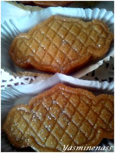 Salam alyakoum/bonjour, Un délicieuse recette qui permet d'obtenir des petits gâteaux à la semoule et aux amandes fondants et croquants à la fois, le tout enrobé de miel pour plus de gourmandise. Je tiens cette recette de loulou cuisine dont le blog est...