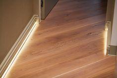 плинтус с подсветкой, ночная подсветка в квартире, контурная подсветка по полу