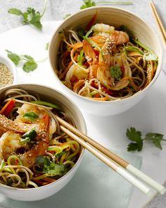 Sobanoedels zijn Japanse  boekweitnoedels. Ze zijn lekker voedzaam en vullend. Heerlijk bij de  scampi's, een Aziatisch sausje en lekker knapperige groentjes.