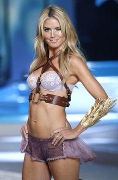 Heidi Klum and other models showcase new Victoria's Secret collections - Lifestyle News - SINA English