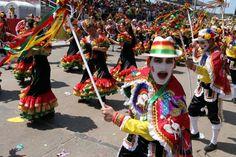 Carnaval Barranquilla, Colombia - Garabato: Danza en la que la muerte es vencida. El disfraz lleva una capa, un pantalón negro y las mejillas pintadas. Las mujeres usan vestido negro y vivos rojo, verde y amarillo.