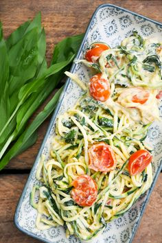würzig-pikante Zoodles mit Bärlauch und Tomaten spicy-spicy zoodles with wild garlic and tomatoes Fish Recipes, Low Carb Recipes, Whole Food Recipes, Healthy Recipes, Crockpot, Clean Eating, Healthy Eating, Healthy Food, Dressings