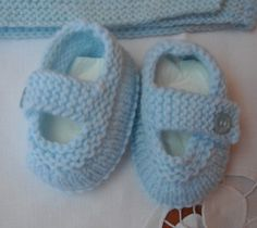 """Gauge isn't specified for this pattern, and for size it just says, """"The shoes will vary in size depending on the yarn you choose. Using this pattern and yarn, the shoes will fit months. Baby Booties, Baby Shoes, Violet Dresses, Kids Hats, Baby Knitting Patterns, Crochet, Knitwear, Baby Boy, Booty"""