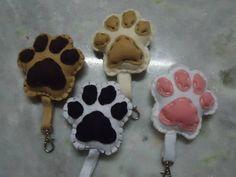 Chaveiros em feltro, em formato de patinhas de cachorro. Escolha sua raça preferida!