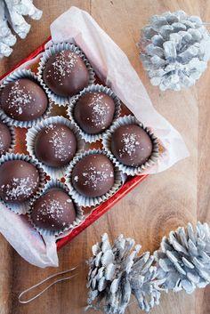 portuguese girl cooks: dark chocolate-salted caramel truffles with fleur-de-sel.  Dica: vender bombons na caixa customizada, faturando em cima da mesma, também.