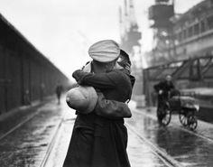 Un soldat embrassant sa femme sur un quai londonien, à son retour d'Inde. Décembre 1934.