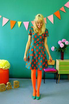 Wunderschönes aufwendiges Kleid aus 100% leichter selbstdesignter Baumwolle mit Tropfenmuster in petrol und rotorange. Es hat Taschen und schließt an