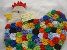 A yo-yo chicken! Fabric Crafts, Sewing Crafts, Sewing Projects, Craft Projects, Fall Crafts, Diy And Crafts, Quilt Patterns, Sewing Patterns, Chicken Quilt