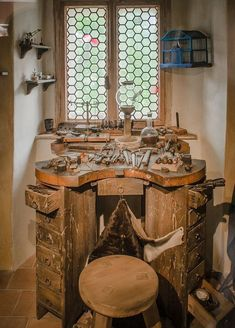 woodworking bench A goldsmith's workshop in Golden Lane, Prague Castle. The apron is to catch any dropped flecks of gold. Woodworking Workshop, Woodworking Bench, Woodworking Projects, Workshop Bench, Workshop Studio, Workshop Ideas, Jewelers Workbench, Jewellers Bench, Vintage Tools