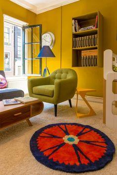 Gele ruimte van - Made Unboxed Interior Garden, Interior Ideas, Victorian Townhouse, Wooden Windows, Casement Windows, White Paints, Kids Rugs, House Design, Living Room