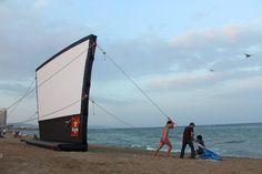 """Non avete mai visto un #film con i piedi nella #sabbia? Adesso potete grazie al festival """"Cinema lliure a la platja""""! Comincia oggi!"""
