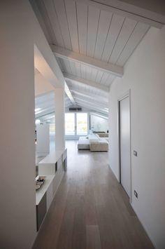 Vetrata + Pavimento e legno soffitto sbiancato