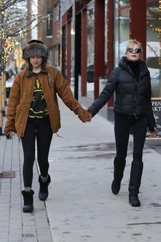 December 26 - Out with her mom in Aspen I love when she spent time with family she look so relax and joyful. ❤️❤️❤️ Cr.@AdoringDj