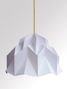 Stínidlo+ZIGZAG+krown+Origami+skládané+svítidlo+z+bílého,+tvrdého+papíru,+s+velkým+zigzag+vzorem.+Stínidlo+je+zespodu+široce+otevřeno+pro+osvětlení+vašeho+interiéru.+Vše+ručně+skládané.+Výška+stínidla+cca+40cm,+průměr+cca+48cm.+Podstavec+či+světelný+zdroj+stínidla+není+v+ceně.+Ale+ke+stínidlu+nabízím+krásné+barevné+kabely.+Zasíláno+lehce+složené.+Všechna+...