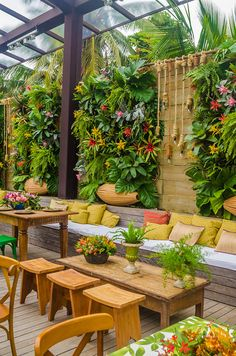 Rustic-tropical wedding decoration at Pousada Bahia Bonita - Constance Zahn Outdoor Restaurant Design, Deco Restaurant, Rooftop Restaurant, Restaurant Concept, Cafe Shop Design, Cafe Interior Design, Cafe Exterior, Tropical Wedding Decor, Tiki Bar Decor