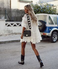 White Cowboy Boots, Cowboy Boot Outfits, Dresses With Cowboy Boots, Cowboy Boots Women, Biker Boots Outfit, Summer Boots Outfit, Winter Boots Outfits, Outfit Winter, Mode Hippie