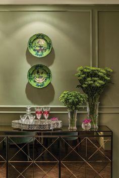 Como arrumar o hall de entrada perfeito: bandeja de prata, taças e vasos de flores, por Patrícia Penna para Sandro Barros