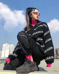 Japanese Girl Luxury Outfit Winter Style Balenciaga Black Sweater Street Style Women's Urban Fashion - Sites new Korean Street Fashion, Asian Street Style, Korean Style, Street Styles, Tokyo Street Fashion, Asian Style, Korean Girl, Mode Hipster, Ripped Jeans Style