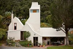"""Ian Athfield Manson House, Days Bay NZ. Photo credit Simon Devitt, a photo from Athfield Architects, Julia Gatley """"The phrase 'an Athfield house' conjures up especially vivid images: of plastered masses, white painted, stepping up or down precarious Wellington slopes – including Athfield's own unfinished home and office that sprawls over an entire Khandallah hillside."""""""