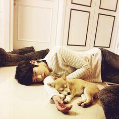 Sungyeollie & the doggie is sleeping, so adorable! :)