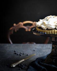 This blueberry curd cake looks so majestic. http://www.jotainmaukasta.fi/2016/08/14/mustikkacurdkakku/