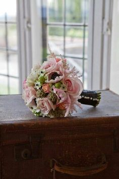 This week, we've found four vintage bouquets for our flower friday - they're romantic, pretty and perfectly Parisian - perfect for accompanying you down the aisle on your upcoming elopement! We esp...