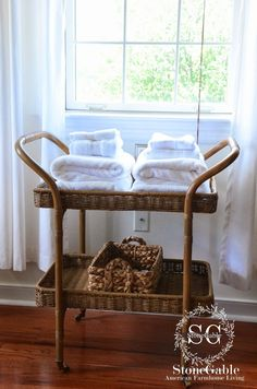 Guest room towels: Company's coming… getting the guest room ready! – Decorating Bathroom With Towels Guest Room Essentials, 10 Essentials, Home Design, Guest Bedrooms, Dorm Decorations, Home Interior, Luxury Bedding, Home Furnishings, Home Furniture