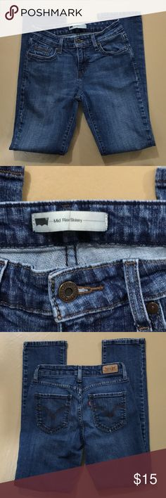 💙 Levi's Mid Rise Skinny Jeans, ladies W26 L32 💙 💙 Levi's Mid Rise Skinny Jean in excellent preloved condition. Size 26/32. Bundle for more savings and I'm open to offers! 💙 Levi's Jeans Skinny