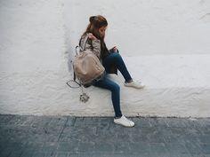 Mystery Girl: Salto Alto vs. Sneakers