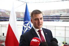 Rzecznik MON Bartłomiej Misiewicz przyjeżdża do Bełchatowa w letnie popołudnie…