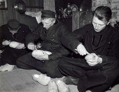Klompenmakers uit Volendam aan het werk. Nederland, 1940. #NoordHolland #Volendam