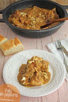 El pollo en pepitoria es una receta tradicional de nuestra gastronomía, una forma muy habitual de cocinar la gallina, de carne más dura que el pollo, y que necesita cocciones muy largas. Nosotros lo