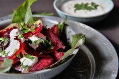 V kuchyni vždy otevřeno ...: Salát z pečené červené řepy a cibule Kitchen Hacks, Caprese Salad, Salads, Tacos, Strawberry, Veggies, Healthy Recipes, Fruit, Ethnic Recipes