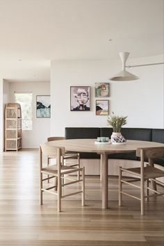 The J39 Chair designed by Børge Mogensen featured in Sorrento House by Larritt-Evans, located in Melbourne, Australia. Photo: Eve Wilson #fredericiafurniture #j39chair #børgemogensen #borgemogensen #modernoriginals #interiordesign #craftedtolast #woodenchairs #diningroomdecor Dining Area, Kitchen Dining, Dining Rooms, Marble Benchtop, A Table, Dining Table, Rest Area, Cottage Design, Kitchenette