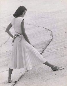 Basic White Dress, 1947 (Richard Avedon)