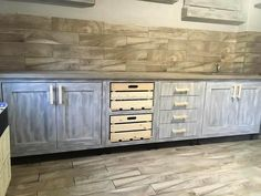 Have a look at the kitchen that is adorned with the handmade cabinets and the storage space, the handles are not painted and they are skin in color which is the original color of the pallets. Pallet Kitchen Cabinets, Kitchen Cabinet Styles, Wooden Kitchen, Wood Cabinets, Layout Design, Wood Design, Wood Pallet Furniture, Furniture Plans, Farrow Ball