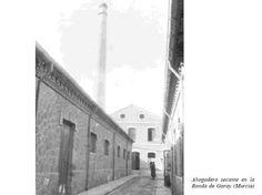 Existió en el siglo XX una fábrica que se dedicaba a la producción de seda de capullos. La chimenea era un horno para el secado de los capullos de gusanos de seda. La fábrica fue situada en la calle Ronda de Garay en la intersección con calle la gloria