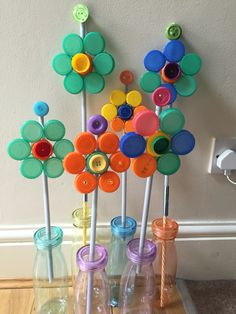 Diy Bottle Cap Crafts 733875701756787489 - Recycle bottle cap flower Source by thiaultannemarie Bottle Top Art, Bottle Top Crafts, Bottle Cap Projects, Diy Bottle, Bottle Caps, Plastic Bottle Tops, Plastic Bottle Flowers, Plastic Bottle Crafts, Recycle Plastic Bottles