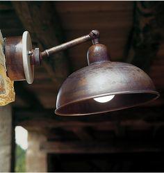Lagazuoi è un' applique a parete in ottone anticato con placca copri base in grès ceramico ingobbiato. L'applique Lagazuoi è dotata di un braccio snodabile alle estremità che ne permette la regolazione desiderata.