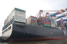Hamburger Hafen - nahe am Container Schiff HANJIN SPAIN PANAMA