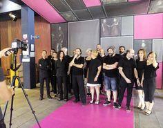 Hoy hemos finalizado nuestra cuarta temporada y hemos querido celebrarlo con una sesión fotográfica de @marcoscebrian. En la imagen el equipo al completo del Teatro de las Esquinas