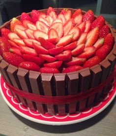 Doce Panela: Bolo Kit Kat com Mousse Chocolate e Morangos