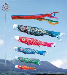 Hippe koinobori voor geluk? Ja, het staat er werkelijk! Koinobori: Koi is karper in het Japans en Nobori betekent vlag. Kortom koinobori betekent karpervlag. Lees je mee hoe deze vrolijke vis jou geluk en voorspoed brengt?  @Ookinhetpaars
