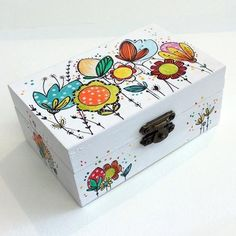 Discover thousands of images about Caja Fluretas Wooden Box Crafts, Painted Wooden Boxes, Wood Boxes, Wood Crafts, Hand Painted, Decoupage Vintage, Decoupage Wood, Diy Para A Casa, Pottery Painting Designs